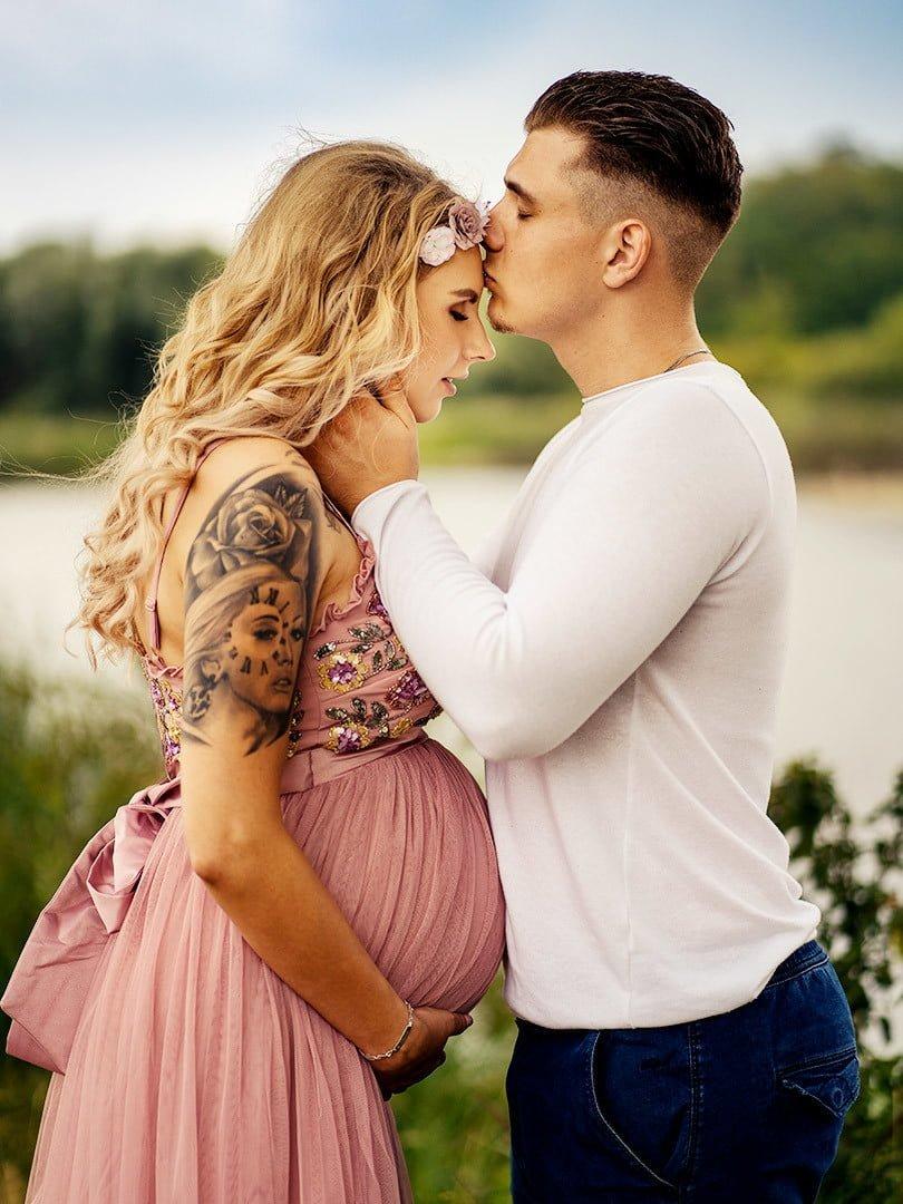Babybauch shooting fotograf leipzig Alexandra mit und Lorenz küssen sich