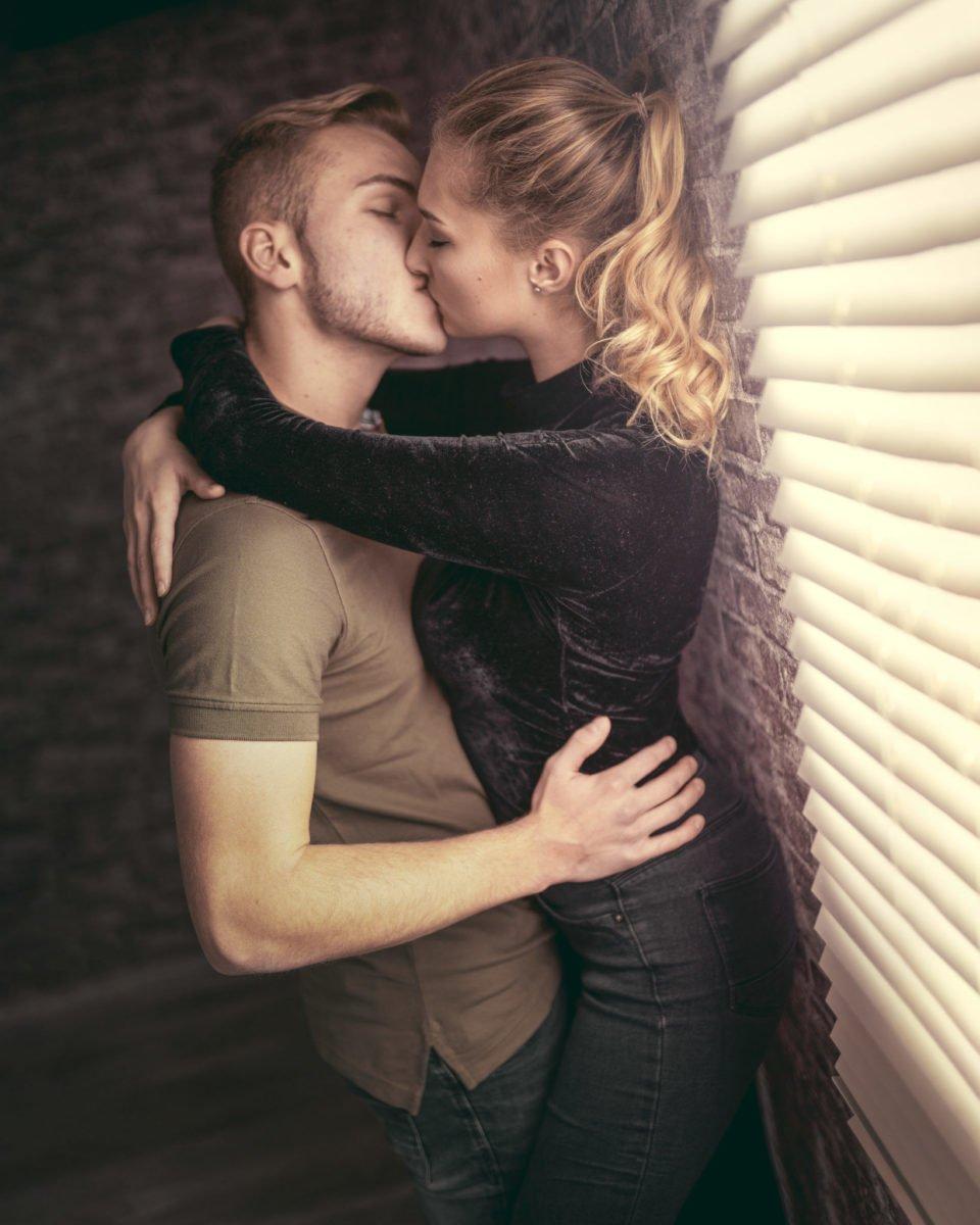 Paarshooting Leipzig Fotograf - Kuss vor dem Jalousiefenster