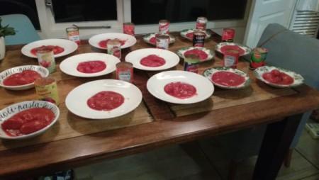 Test gepelde tomaten in blik - 14 soorten blikjes gepelde tomaten op borden