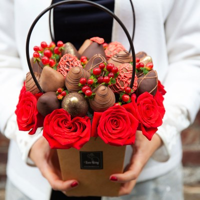 Rose and Chocolate Strawberry Arranged Gifts