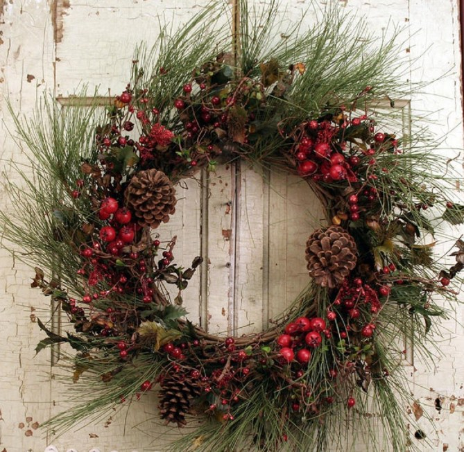15 Christmas Wreath Ideas - Berry and Pinecone Wreath