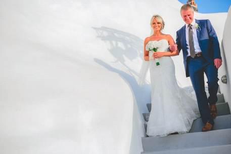 bride arrives in santorini
