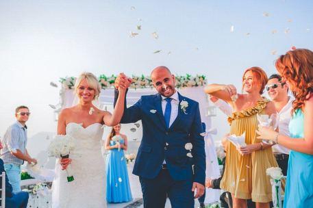 bride and groom from lebanon in santorini