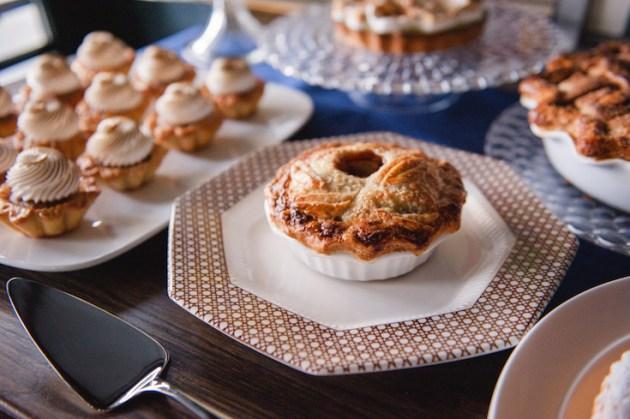 mini-pies-wedding-dessert-roots-of-life-photography