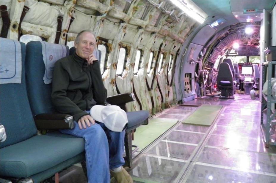 Брюс представил интерьер самолета, и понял...