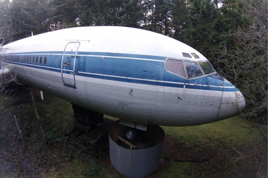 На самолете уже есть соединительные порты для воды и канализации.