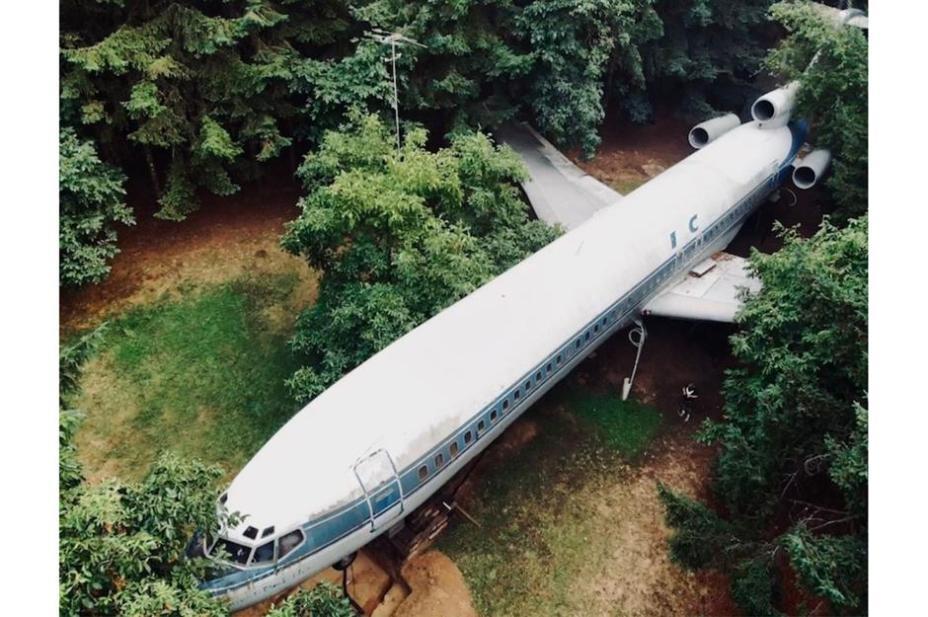Самолет буквально напичкан разными приспособлениями.