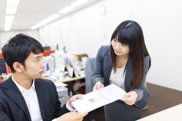 社内の脈あり男性が気になる女性に取る5つの行動