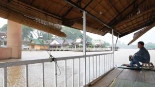 タンゴン(ທ່າງ່ອນ Tha Ngon)の船上レストランへ