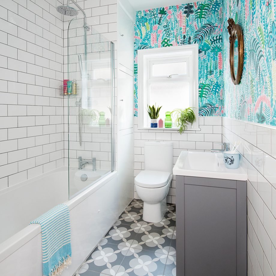 Bathroom-makeover-with-palm-print-wallpaper-4-920x920
