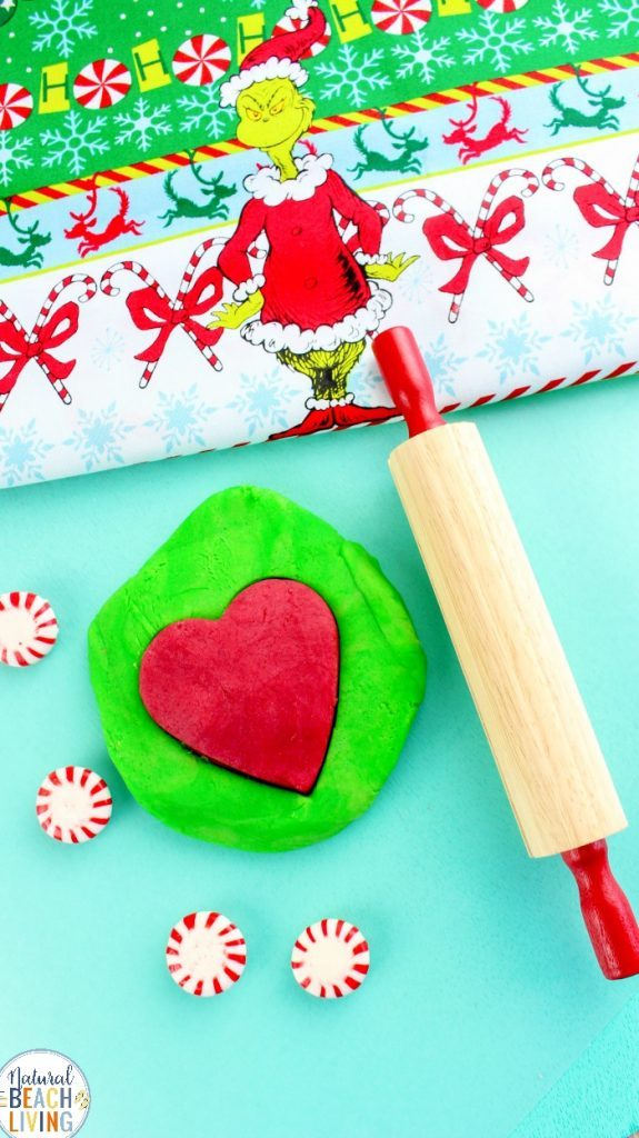 Keep the kids entertained this festive seaosn wit hsom eGrinch crafts like this Grinch themed play doh.