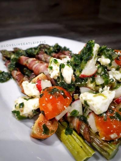 Salat mit grünem Spargel in Bacon