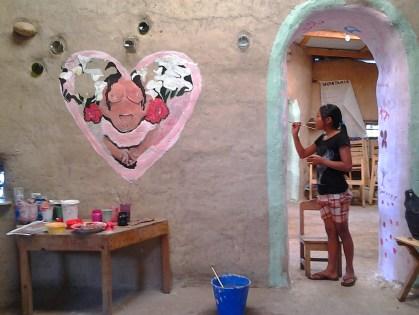 una de las ninas de Lopez Hernandez participando en el projecto de pintar la casa de salud