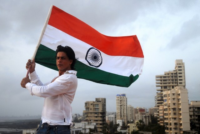 Acctor Sharukh Khan with Indian Nationla Flag at Band Stand on 13th August 2007.