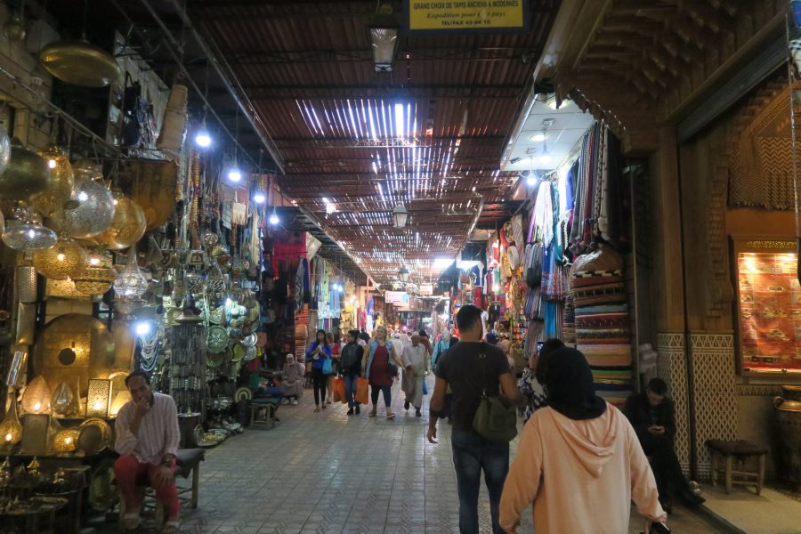 Os Souks no interior da Medina de Marraquexe, Marrocos