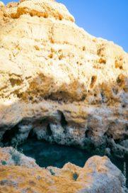 Detalhe das rochas no algar seco