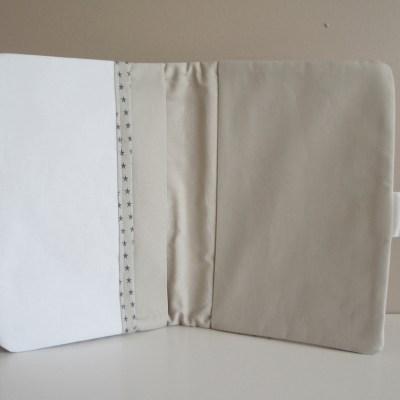 L'intérieur du protège carnet de santé avec poche pour documents