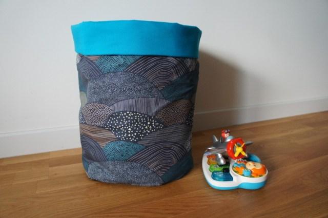Corbeille en tissu bleu turquoise et motifs géométriques Art Gallery