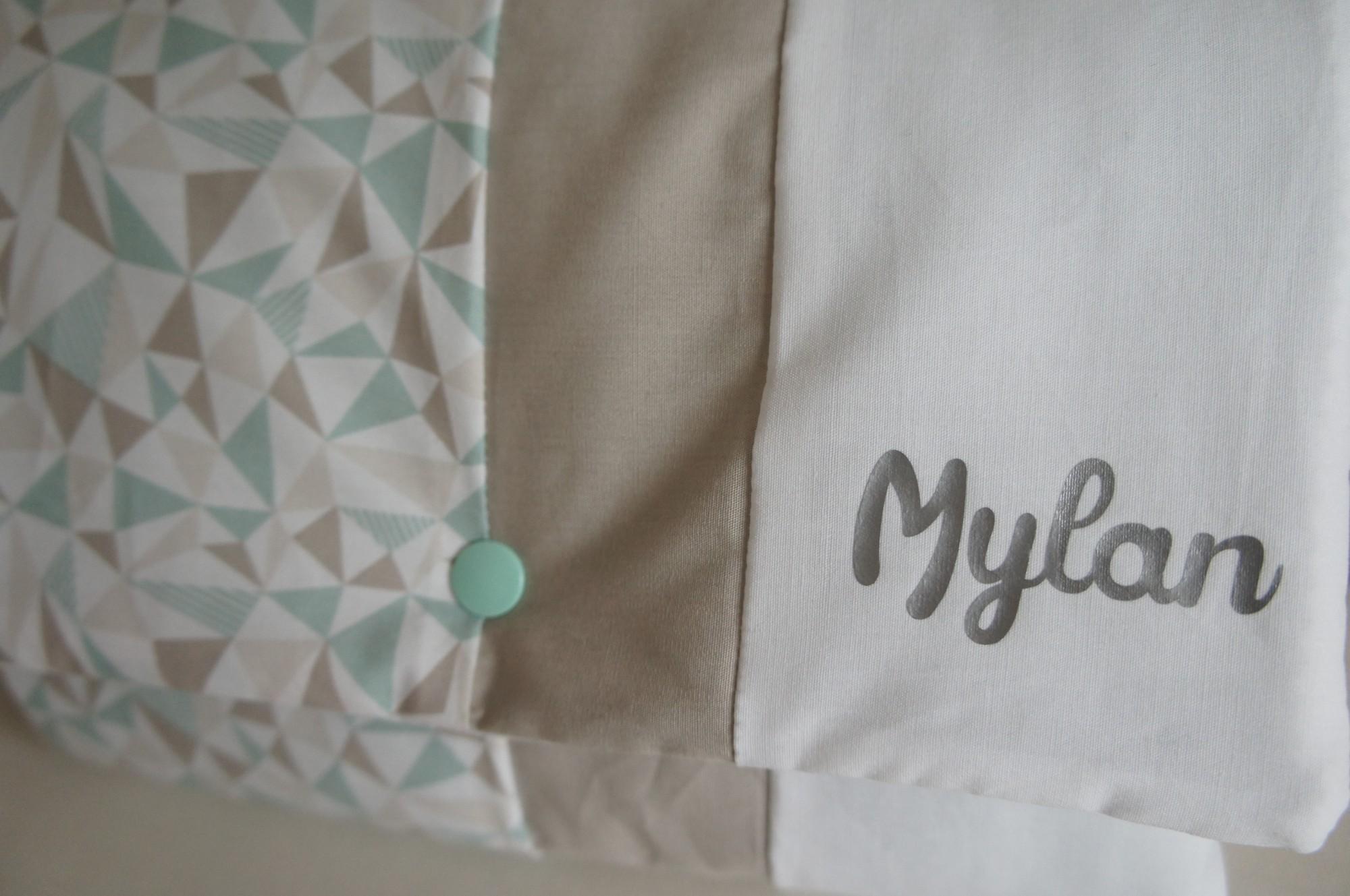 Tapis à langer Mylan, gris blanc et vert d'eau. Personnalisé au prénom de bébé.