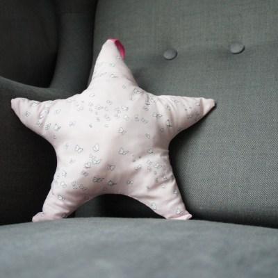Coussin étoile rose, tissu rose et papillons France Duval Stalla