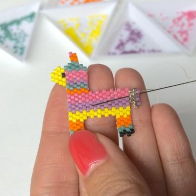 Brick stitch - arrêter un fil : Si vous avez suivi le tuto en entier, nous avons déjà fait ça plusieurs fois. Passez à travers plusieurs perles.