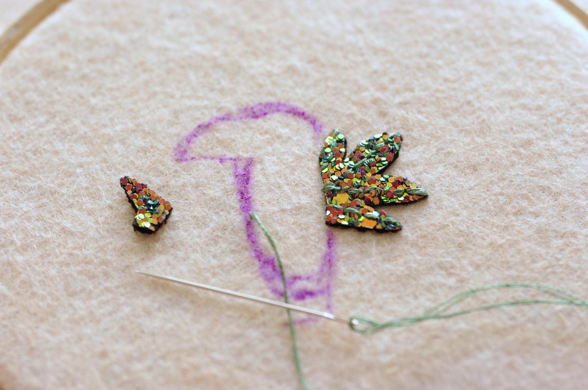 Broderie feuilles pailletées