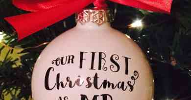 DIY Mr & Mrs first Christmas ornament with vinyl - Free cut file {Advent calendar - Day 4}