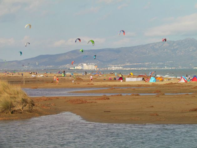 Kite surfers on the beach at San Pere Pescadore
