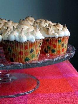 https://lovemusicandcakes.wordpress.com/2013/03/06/citronmuffins-med-marengs-lemon-meringue-cupcakes/
