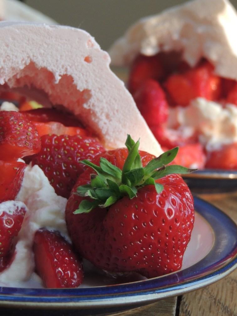 Marengs med flødeskum og jordbær