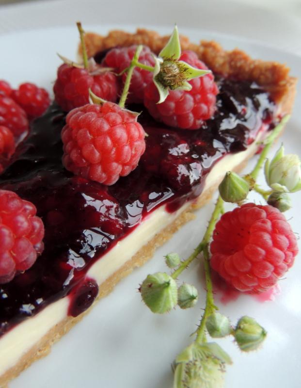 Tærte med hvid chokoladecreme og bærsovs