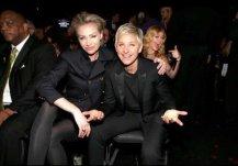 Kelly Clarkson metiendose en la foto de Ellen