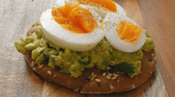 Crackers met avocado en ei