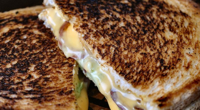 Tosti uit de pan met cheddar, spek en avocado