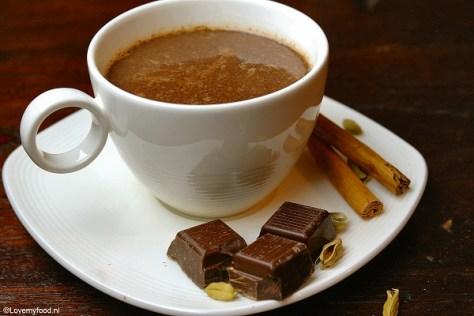 Warme chocolademelk met kardemom en kaneel 3