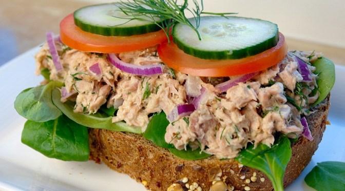 Lunch salade met tonijn en honing-mosterd-dillesaus