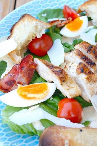 Caesar salad met kip en croutons