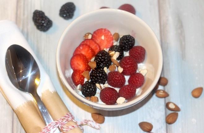 Healthy Breakfast – Beeren Quinoa Joghurt aus dem Buch Zuckerfrei von Hannah Frey