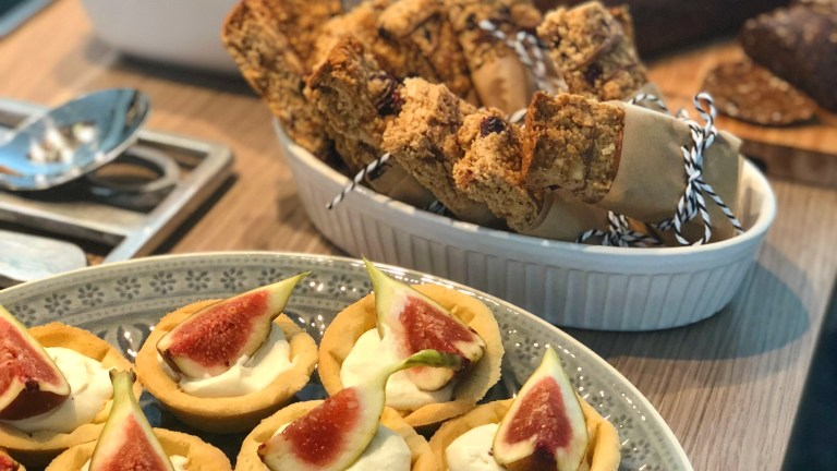 Mini Tartelettes mit süßer Ziegenkäsecreme und frischer Feige