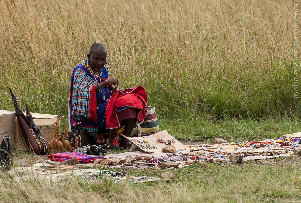 Масайская женщина продает сувениры