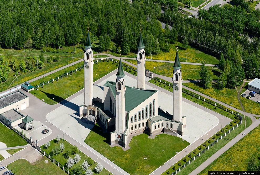 Нижнекамская соборная мечеть — центральный мусульманский храм города.