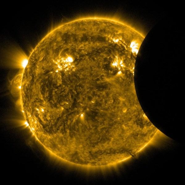 А вот так обычно выглядит непосредственно затмение из космоса