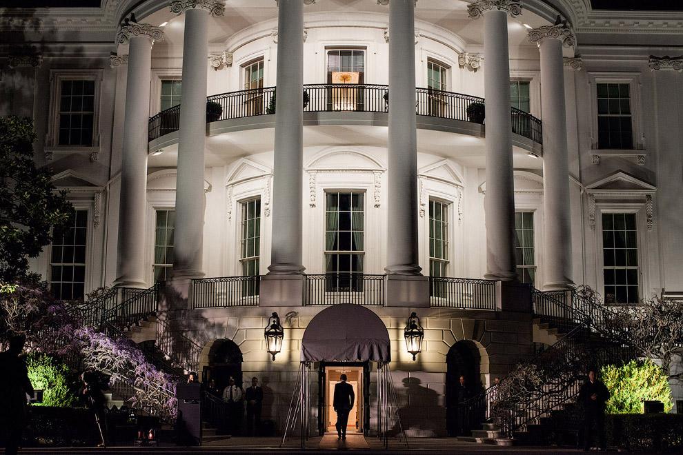 У Белого дома. Президент только что вышел из вертолета, приземлившегося на лужайке