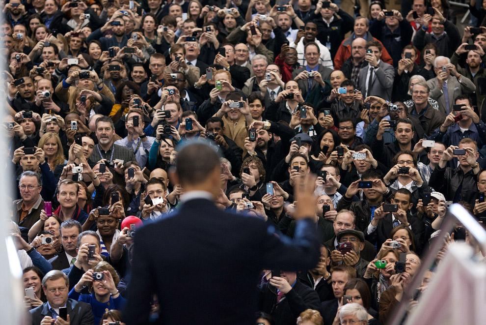 Президент Барак Обама выходит из Дримлайнера 787, чтобы поприветствовать рабочих завода