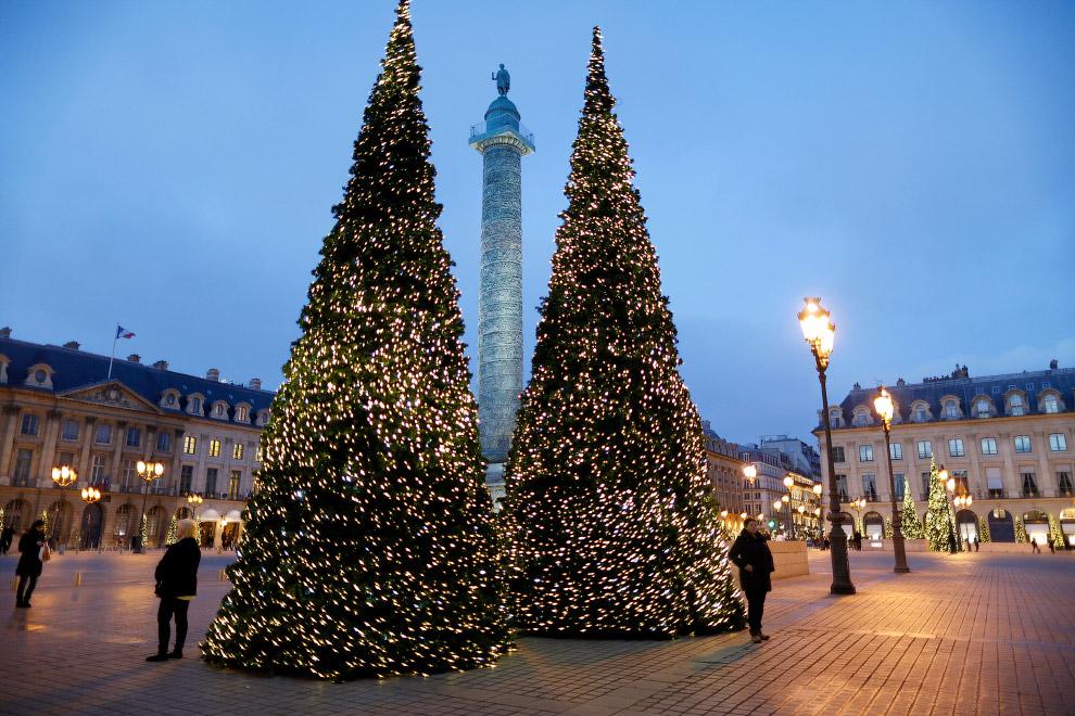 Елки на Вандомской площади в Париже, Франция