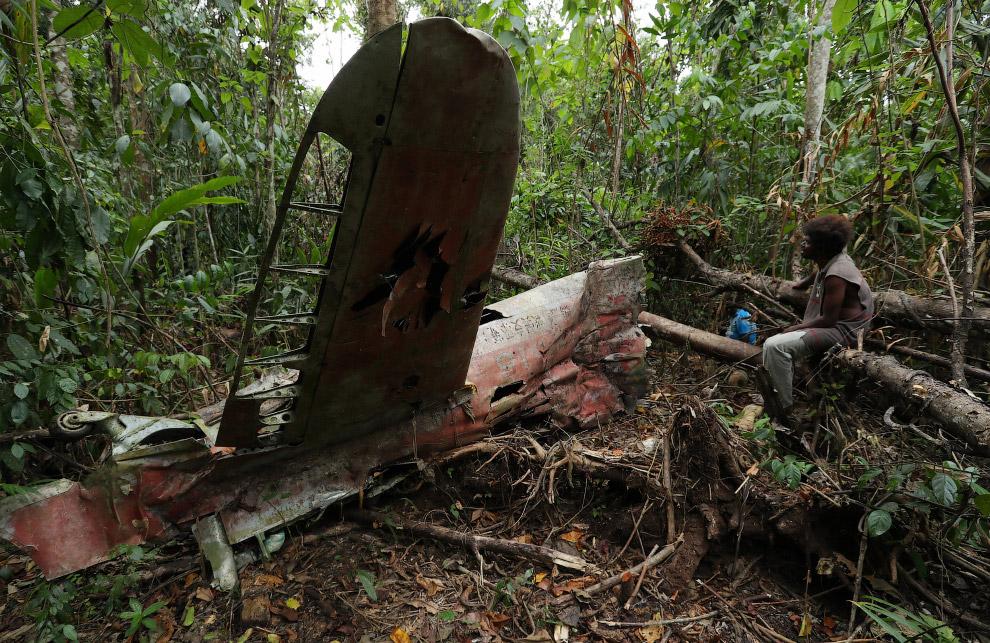 Подбитый японский самолет времен Второй мировой войны