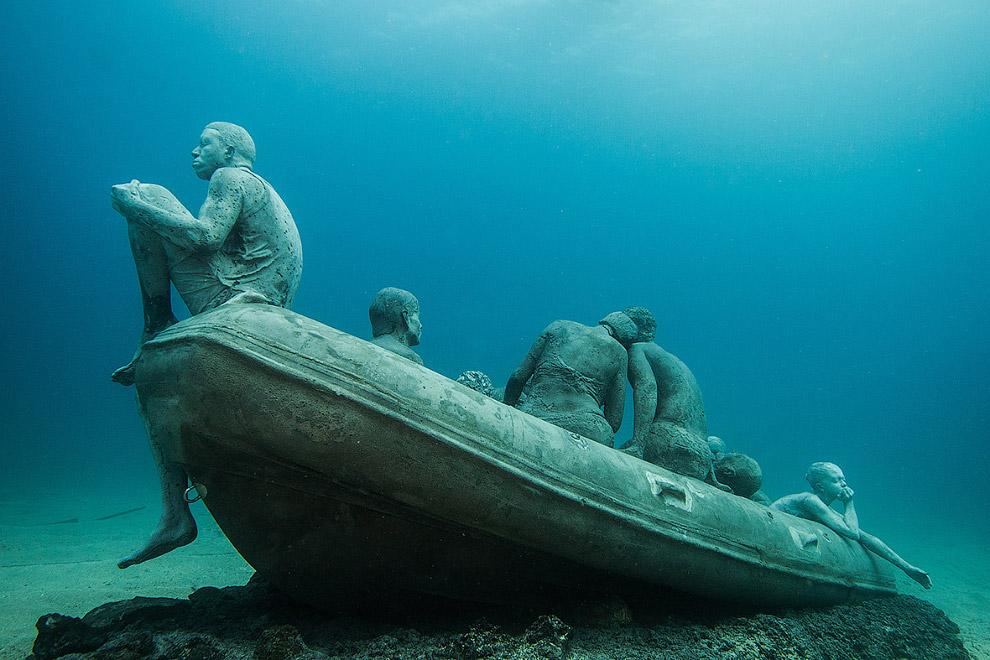Инсталляция «Плот Лампедузы» — затонувшая шлюпка с мигрантами
