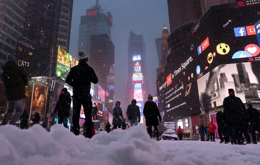 Таймс-сквер во время снежной бури в Нью-Йорке