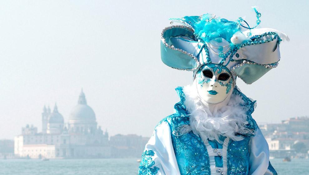Первые карнавалы появились в Италии, и самый первый из них — карнавал в Венеции, которую ни с чем не спутаешь