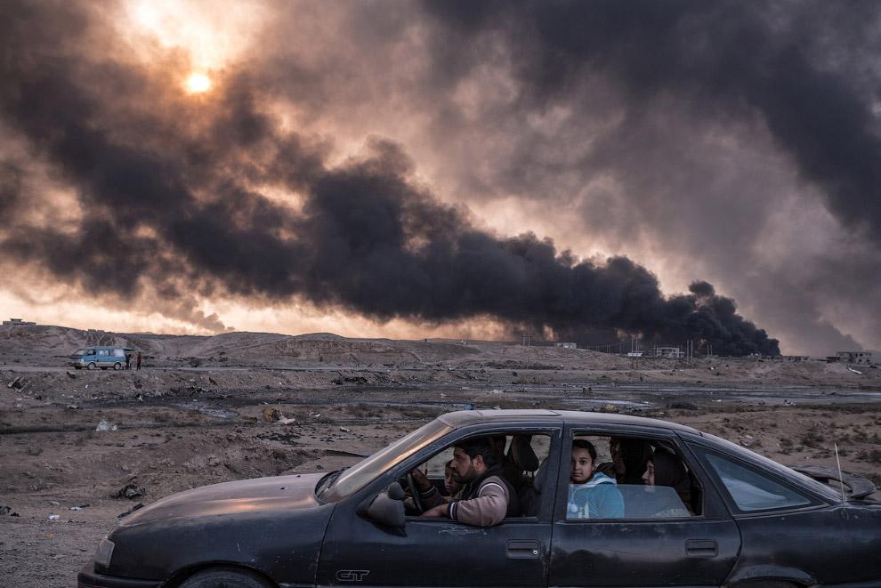 Семья бежит от боевых действий в Мосуле, Ирак
